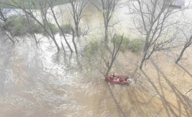 ABD'de nehirde kanosu alabora olan kişi böyle kurtarıldı
