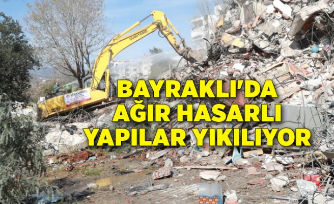 Bayraklı'da ağır hasarlı yapılar yıkılıyor