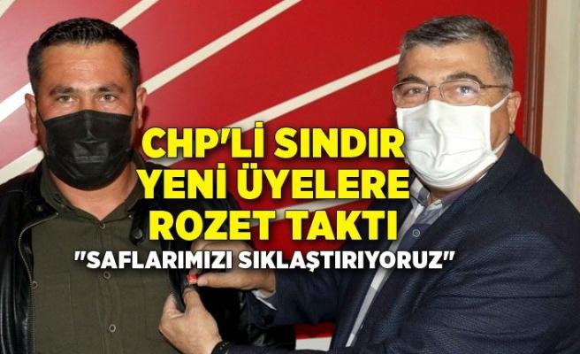 CHP'li Sındır yeni üyelere rozet taktı