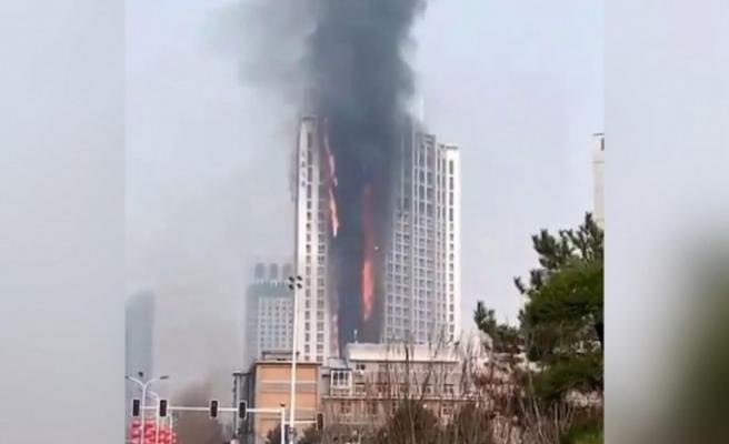 Çin'de dev gökdelende yangın: Alevler binayı sardı
