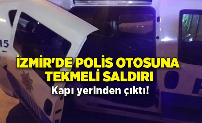 İzmir'de polis otosuna tekmeli saldırı! Kapı yerinden çıktı!