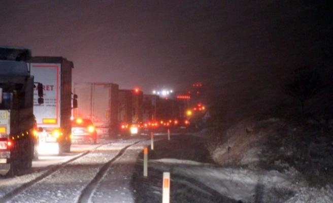 Kar nedeniyle karayolu ulaşıma kapandı
