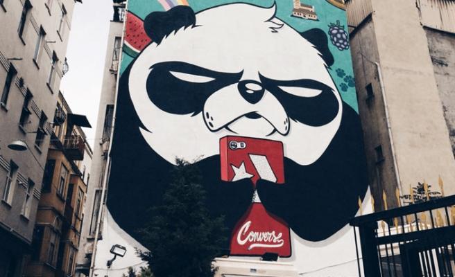 Kızgın panda ile duvarların ötesinde