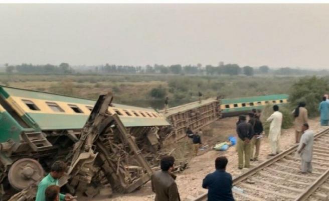 Tren raylardan çıktı: Ölü ve yaralılar var