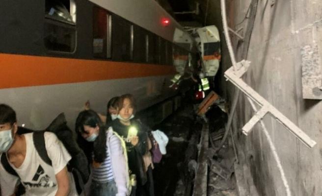Tren raydan çıktı: En az 36 ölü