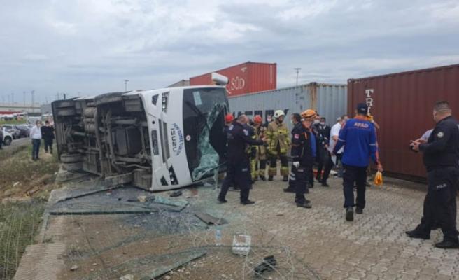 Bursa'da servis midibüsü devrildi: 3'ü ağır, 20 yaralı