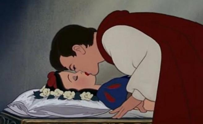 Pamuk prensesi öpme tartışması: Bu bir cinsel saldırı