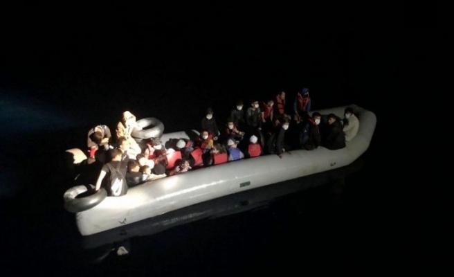 Dikili açıklarında lastik bottaki 31 kaçak göçmen kurtarıldı