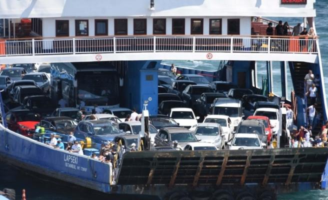 Çanakkale feribot iskelesinde tatilcilerin dönüş yoğunluğu sürüyor