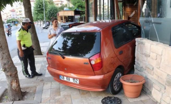 Otomobil, restoranın kapısına çarparak durabildi