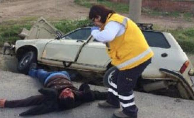Otomobil Su Tahliye Kanalına Düştü, Sürücü Yaralandı