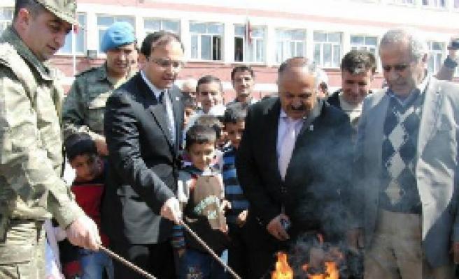 Şemdinli'de resmi nevruz kutlaması