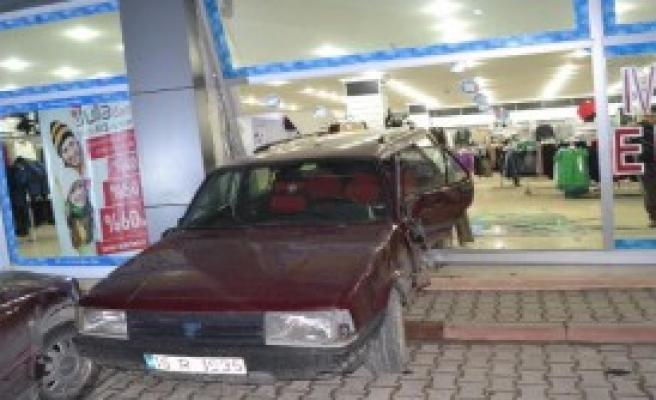 3 Araca Çarpan Otomobil AVM'ye Girdi