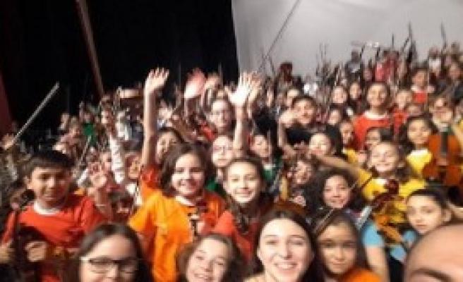 300 Küçük Müzisyenden Konser