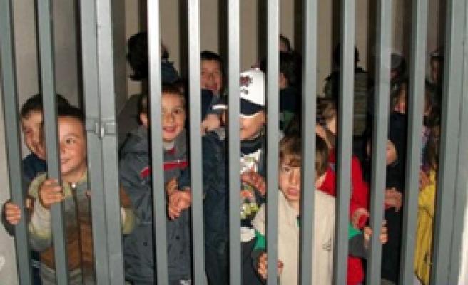 Anaokulu Öğrencileri Nezarethanede