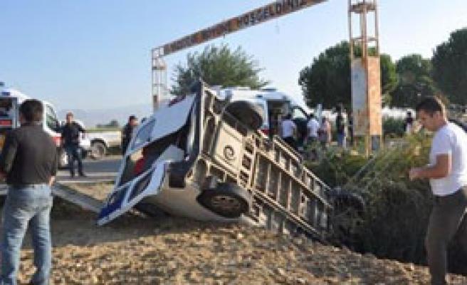 Öğrenci Servis Minibüsü Otomobille Çarpıştı