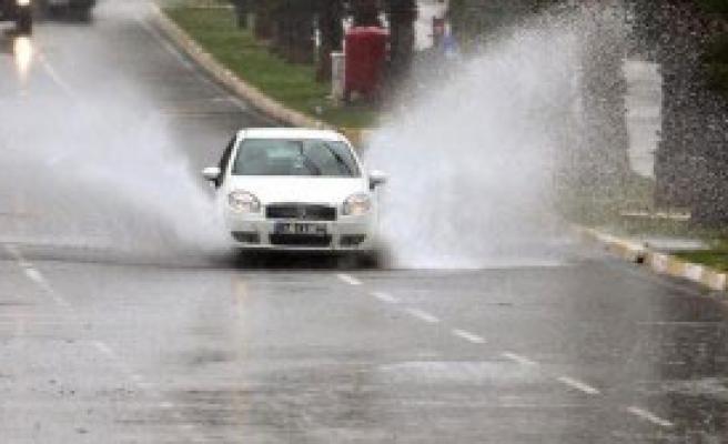 Yağmur Antalya'da Hayatı Olumsuz Etkiliyor