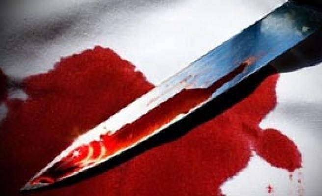 Annesini Öldürdü Kardeşlerini Bıçakladı!