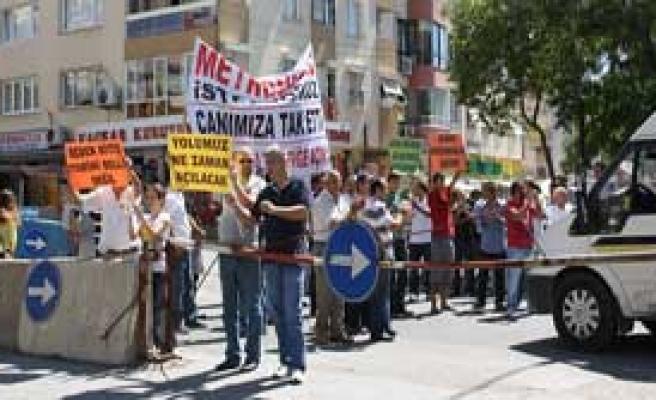 İzmir'de İronik Protesto