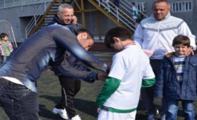 Ozan İpek Minik Futbolcularla Birlikte