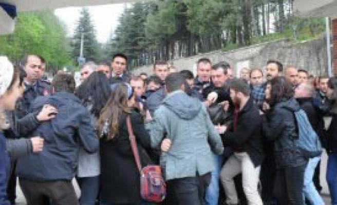 Eskişehir'de Kampüs Önünde Arbede