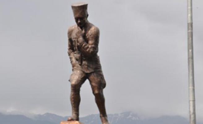 En Büyük Atatürk Heykeli'nde Tören Krizi