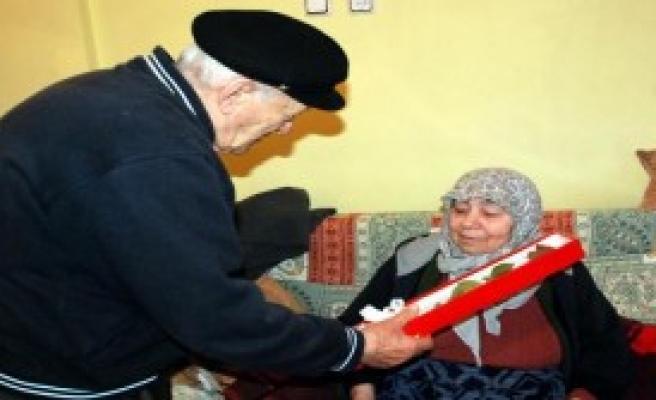 58 Yıllık Eşine Aldığı Çiçekle Sevgililer Gününü Kutladı