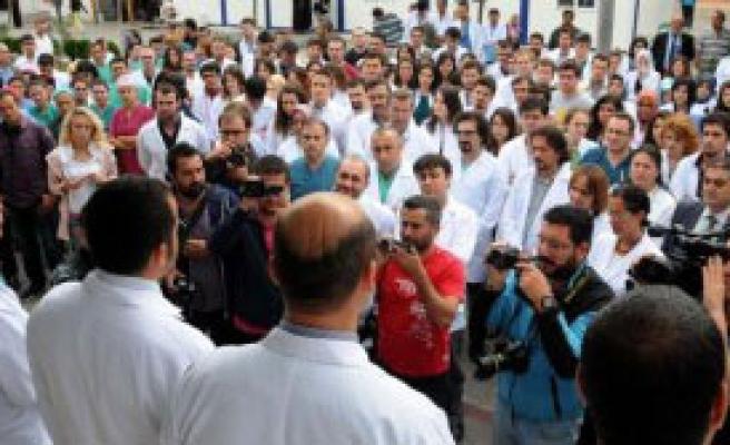 Çomü'de Doktora Dayağa Kınama