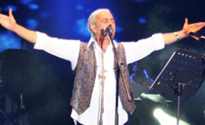 Akbayram 4 Bin Kişiye Konser Verdi