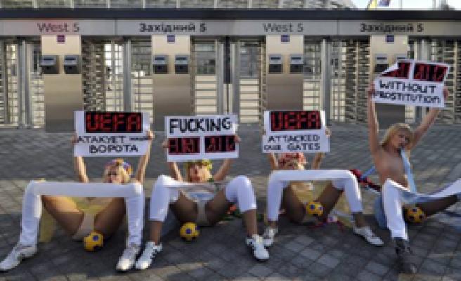 Femen'den Euro 2012 Kupası'na Saldırı