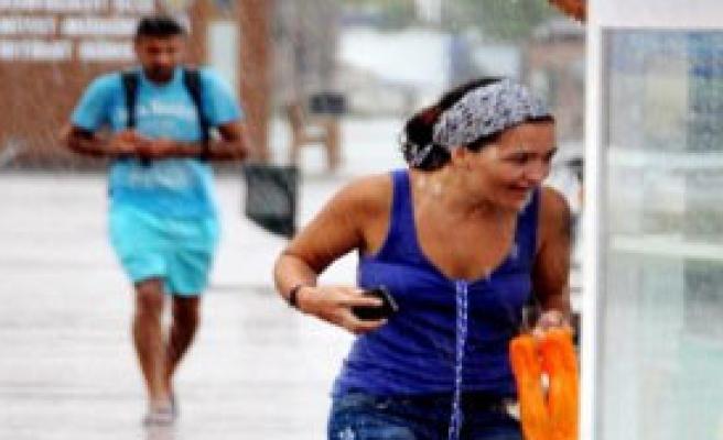 Antalya'da Yağmur Zor Anlar Yaşattı