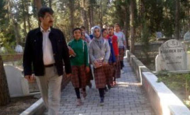 Öğrencilere Mezarlıkta 'Ahiret' Dersi