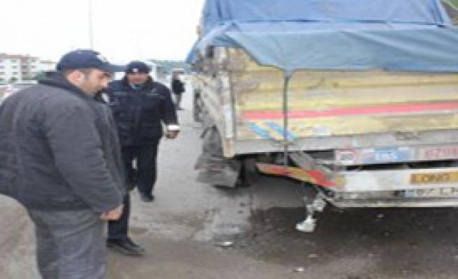Otomobil TIR'a Çarptı 3 Ölü!