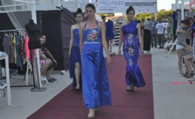 Çinli Mankenler Alaçatı'da Podyuma Çıktı