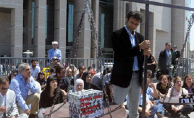 Adliye Önünde 'Terazili' Mehmet Ağar Eylemi