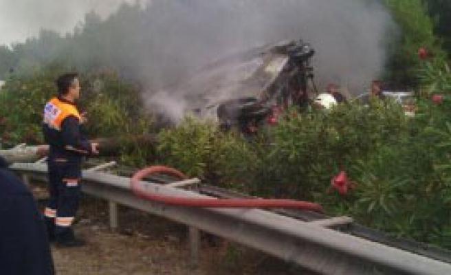 Kazada Alev Alan Minibüsün Şoförü Öldü
