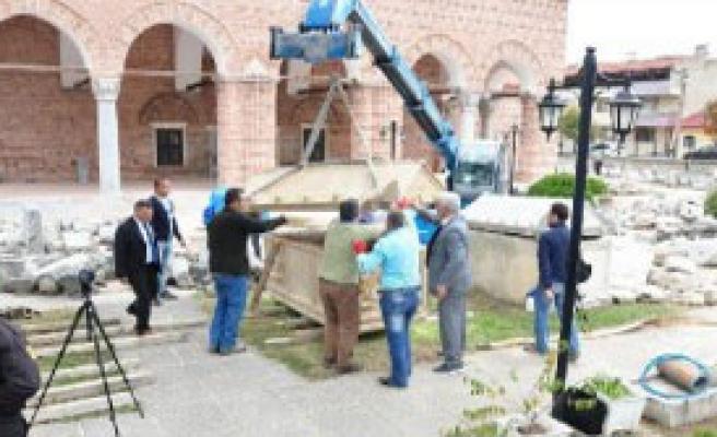 İznik'te Bulunan 1800 Yıllık Lahitin Kapağı Vinçle Açıldı