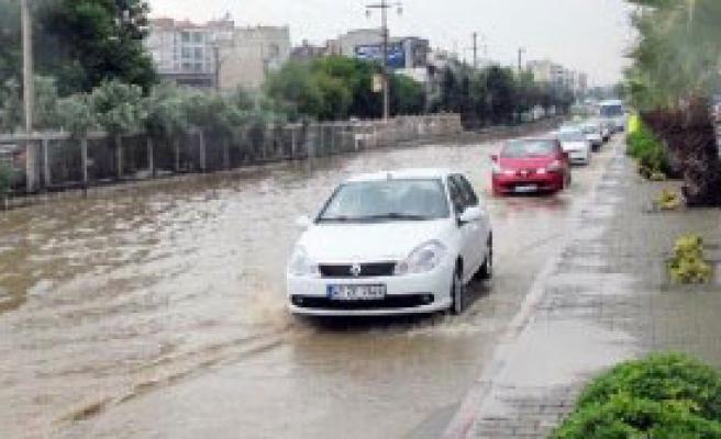Turgutlu'ya 15 Dakikalık Yağmur Yetti