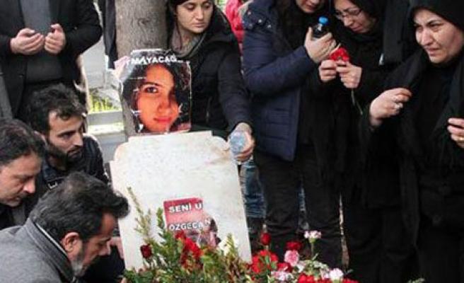 Ailesi Özgecan'ı Mezarında Ziyaret Etti