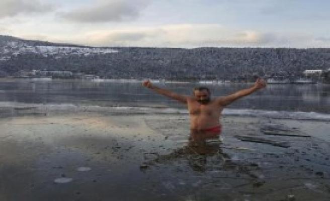 Abant Gölü'nün Buzunu Kırıp Suya Girdi