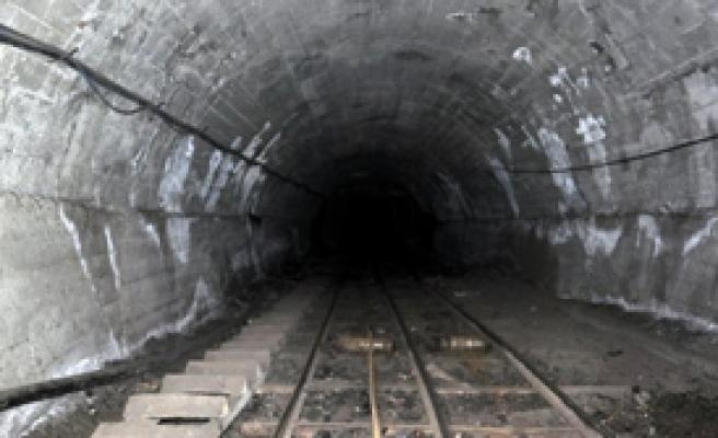 Platin Madeninde Göçük: 65 Kişi Mahsur