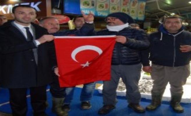 Afrin Harekatına Destek İçin Türk Bayrağı Dağıttılar