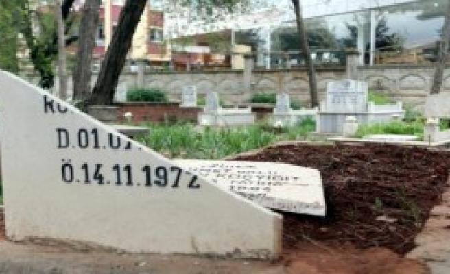 Alevilerin Mezar Taşları Kırıldı