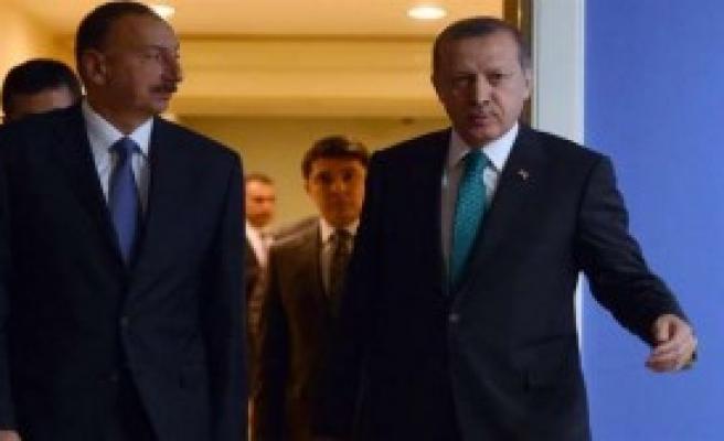 Aliyev Onuruna Yemek Verdi