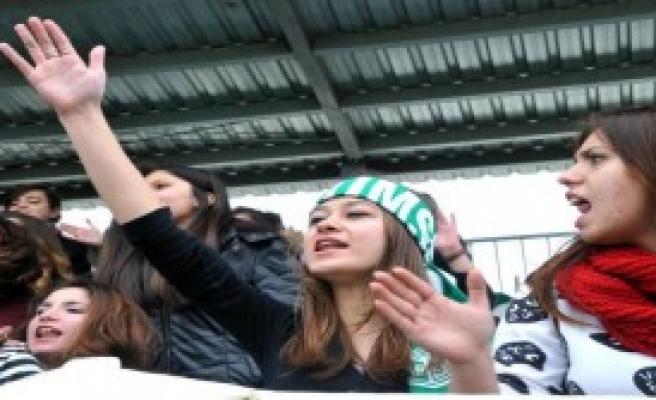 Futbol Maçında Özgecan Anıldı