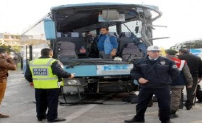 Antalya'da 2 Otobüs Çarpıştı!