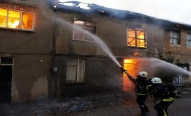 Antalya'da 3 Metruk Bina Yandı