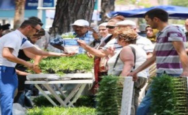 Antalya'da Mezarlıklarda Arefe Hüznü