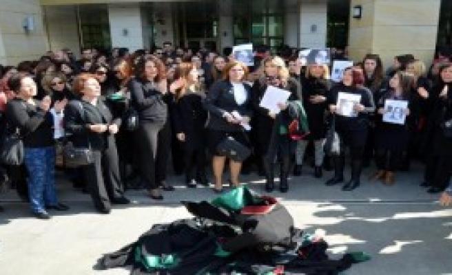 Antalyalı Kadın Avukatlardan Cübbeli Protesto