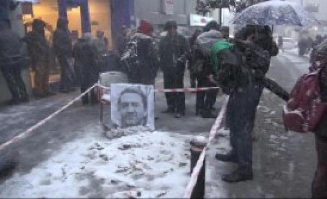 Arkadaşları, Öldürüldüğü Yere Karanfil Bıraktı